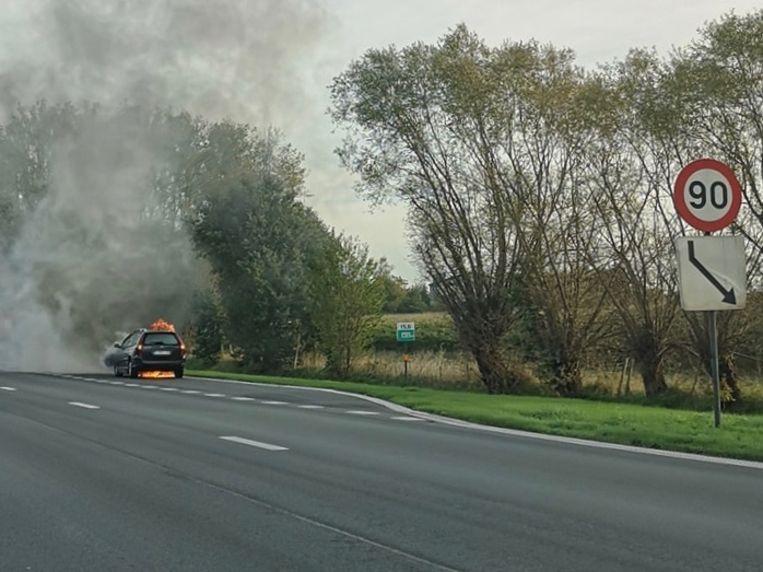 De wagen vatte vuur en brandde volledig uit.