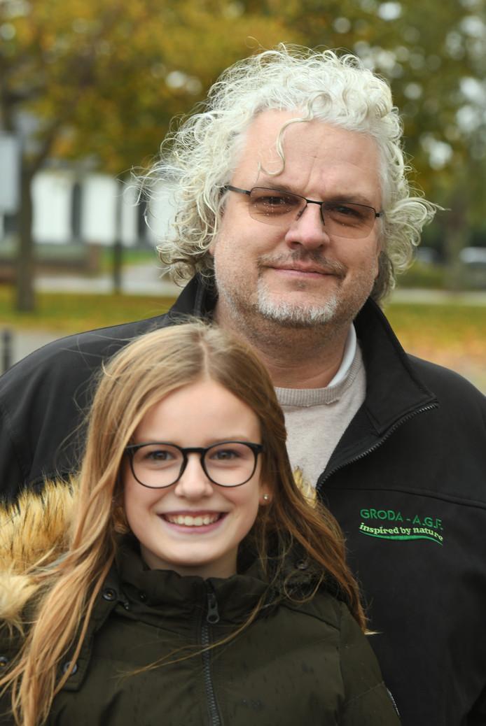 Wimco Groenendaal, hier met zijn dochter, heeft de Estse petitie overhandigd in Geldermalsen