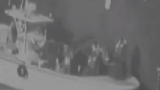 Een videostill van de door het Pentagon vrijgegeven video. Het kleine schip zou van Iran zijn.