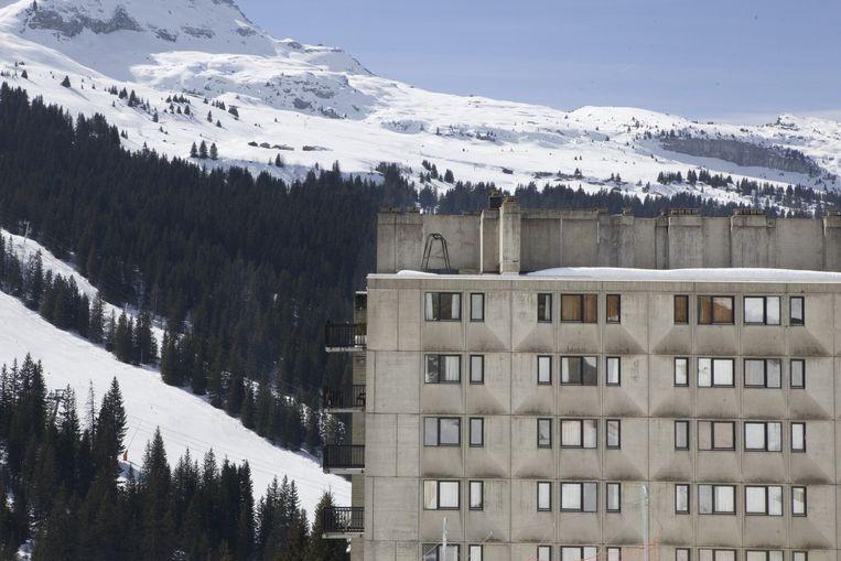 Bauhausflatgebouw in de bergen Beeld Io Cooman