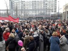 Juffen en meesters trekken in Tilburg op 'stakingsdag' op naar het Willem II-stadion