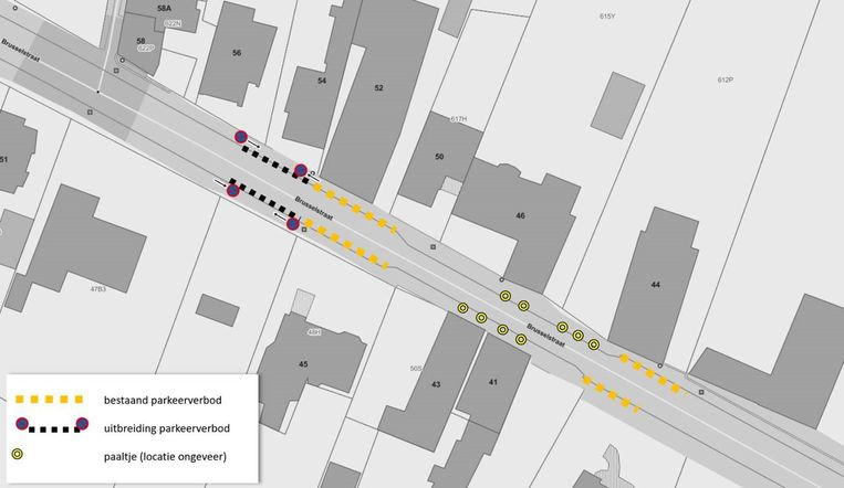 Het parkeerverbod langs de kant van Okegem werd uitgebreid en er komen paaltjes zodat op het voetpad rijden niet meer mogelijk is.