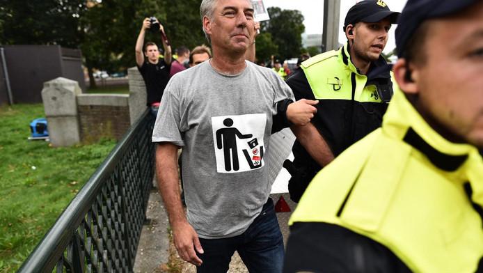 Pegida-voorman Edwin Wagensveld werd bij de eerste demonstratie in Den Haag gearresteerd omdat hij een afbeelding van een hakenkruis droeg.