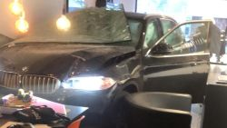 Bestuurder BMW (77) rijdt kapsalon binnen en richt ravage aan