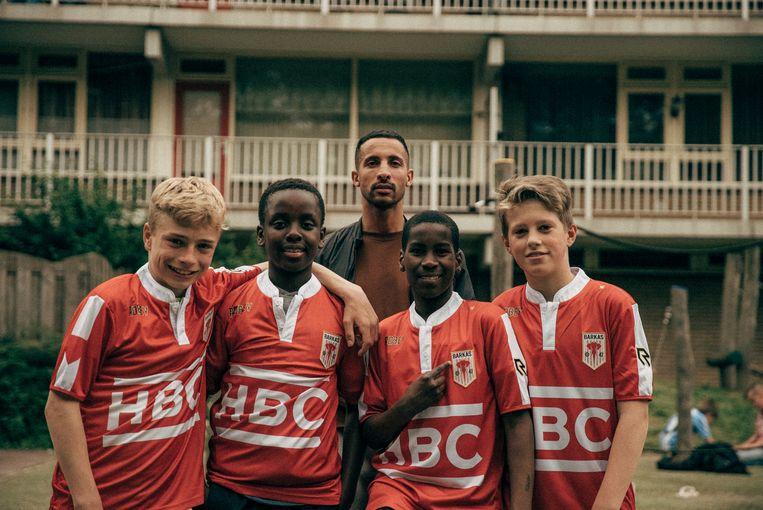 Jonge voetballers samen met hoofdrolspeler Willem de Bruin.  Beeld Milan van Dril