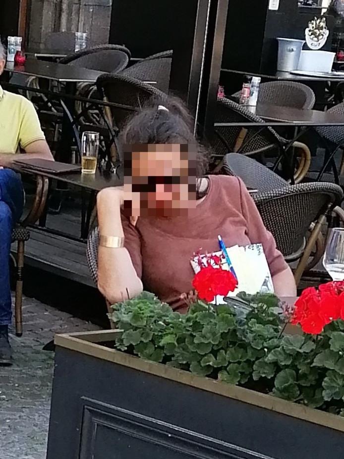 De vrouw werd recent enkele keren betrapt op tafelschuimen.