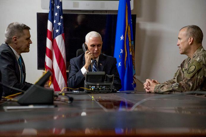 De Amerikaanse vicepresident Mike Pence, met links de Amerikaanse ambassadeur in Irak Matthew Tueller.