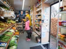 De rijdende supermarkt van 'melkman' Hans is een hit in coronatijd