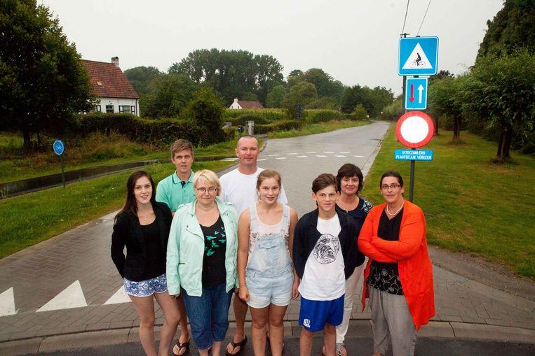 De bewoners op de hoek van de Wilgenbroekstraat en Poelstraat, waar het verbod op doorgaand verkeer is ingevoerd.