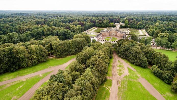 Paleis Het Loo met de bossen van De Veluwe op de achtergrond.