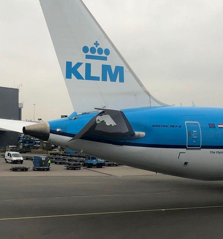 Het beschadigde KLM-toestel op Schiphol   Beeld Lucas van Oostrum