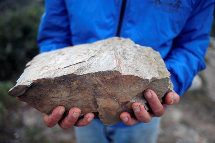 Een stuk rots van hetzelfde materiaal (leisteen) als de steen die de put afdekte waar Julen in viel.