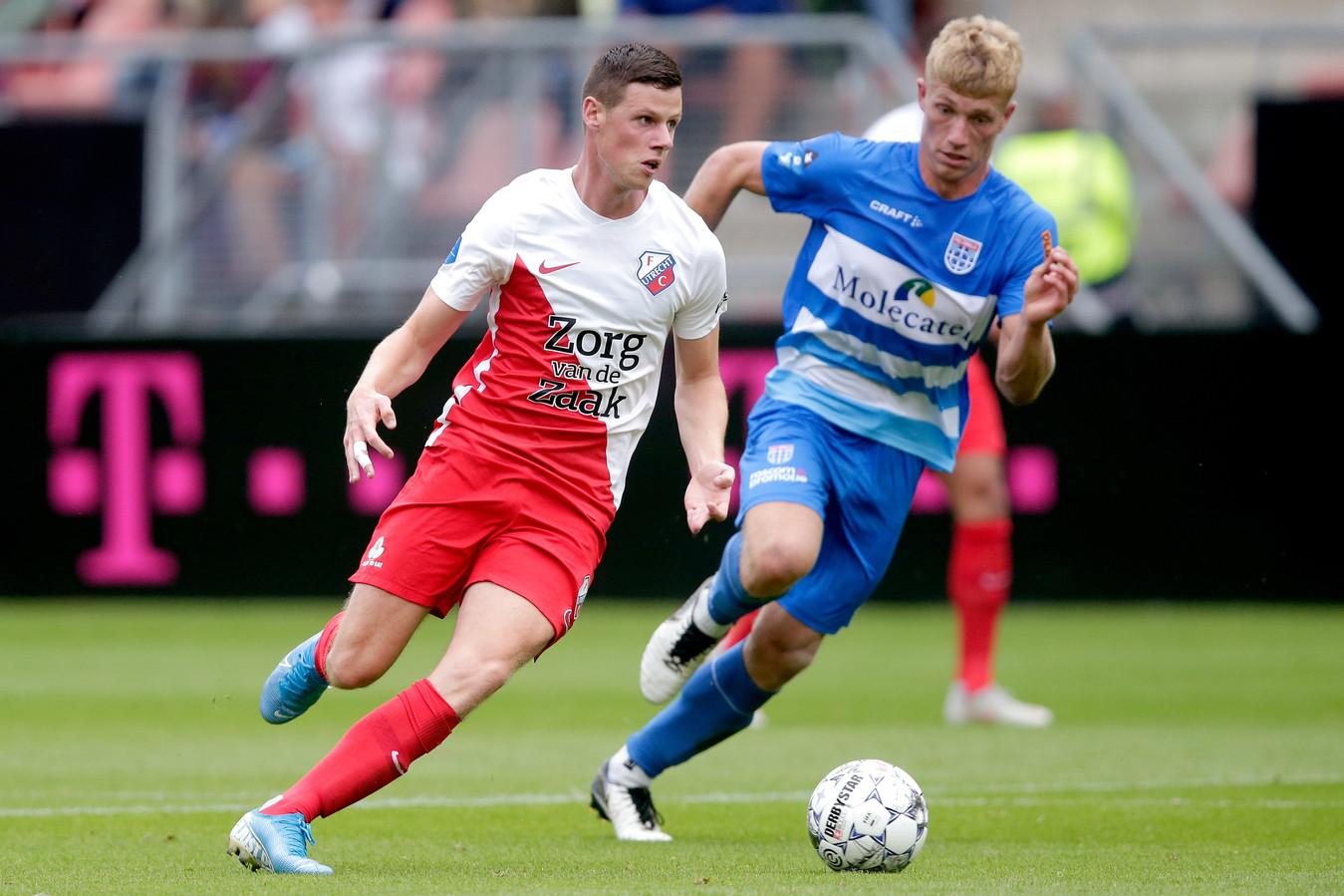 Nick Venema namens FC Utrecht in actie tegen PEC Zwolle.