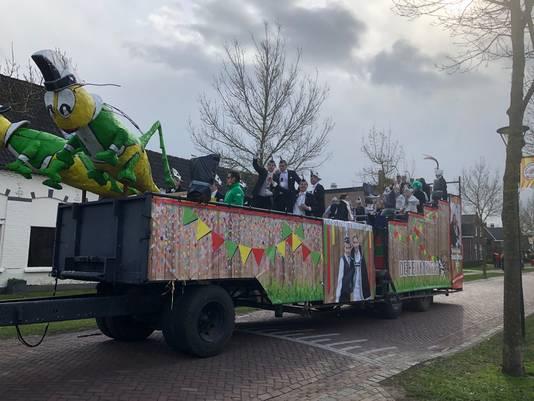 De wagen van Prins Koen d'n Urste en Prinses Resja gaat voorop in de optocht.