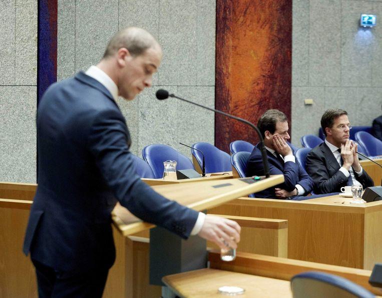 PvdA-leider Diederik Samsom tijdens een debat in Den Haag. Op de achtergrond Mark Rutte en Lodewijk Asscher. Beeld epa