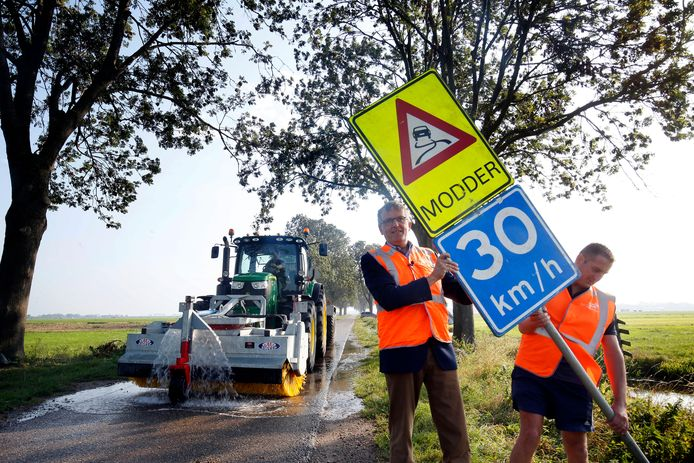 Kom je de komende maanden dit 'modderbord' tegen langs polderwegen? Ga dan rustiger rijden en doe extra voorzichtig, geeft de regionale campagne 'Modder op de weg' aan.