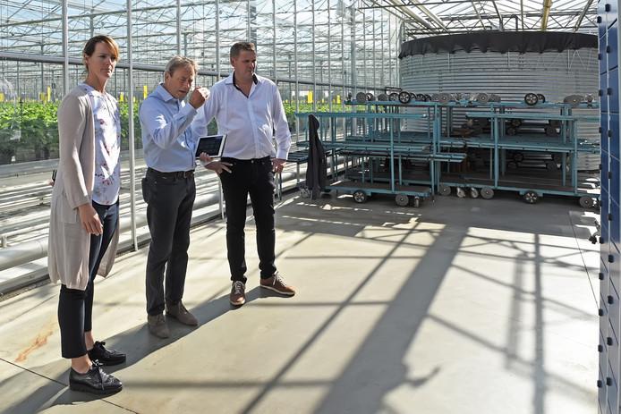 Auditeur Ronald van Rooij overlegt met Jeroen en Nancy Peeters over de veiligheid binnen hun bedrijf.