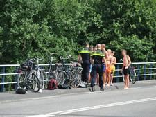 Levensgevaarlijk: jongens springen van brug in het water in Waalwijk