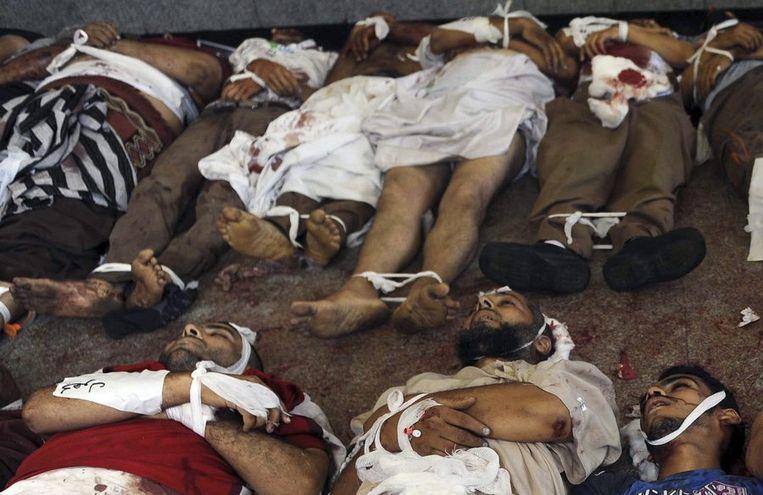 Dode demonstranten in het veldhospitaal van de Rabaa Adiqiya-moskee. Beeld reuters