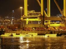 Veertig containers vallen van schip in Rotterdamse haven