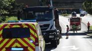 Vrachtwagen met kraan in laadbak schampt onderzijde spoorwegbrug