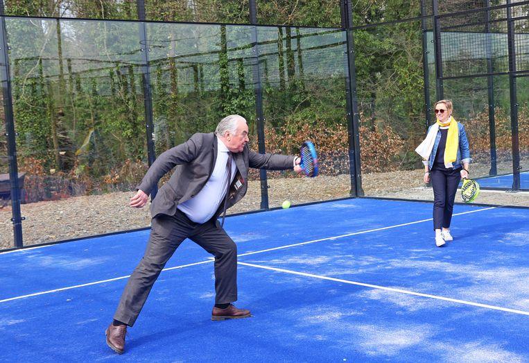 Burgemeester Albert Beerens trok in kostuum het padelveld op en toonde dat hij een balletje kan slaan.
