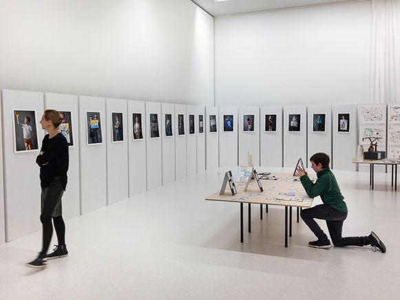 De werken hangen in één van de expositieruimtes van het museum.
