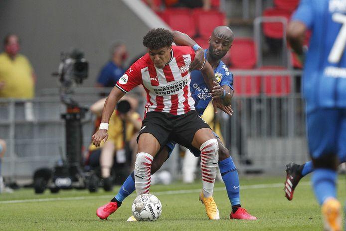 Donyell Malen van PSV in duel met Elis Dasa van Vitesse. Het was zijn eerste wedstrijd sinds zijn knieblessure acht maanden geleden.