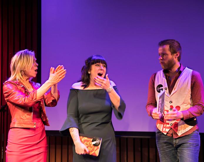 De nieuwe stadsdichter van Eindhoven Jessica Bartels (midden), geflankeerd door mede-genomineerden Linde ten Broek en Evert de Kock. foto René Manders