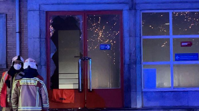De brandweer moest het glas van de toegangsdeur aan diggelen slaan om binnen te raken.