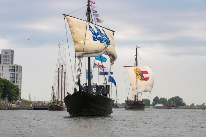 Opening Hanzedagen Kampen met 'Sail-in' Tientallen tallships en anders schepen en boten varen over de IJssel naar de stad.