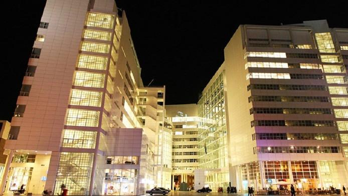 Het Haagse stadhuis in de avonduren; het in 1995 voltooide gebouw is een schepping van de Amerikaanse architect Richard Meier