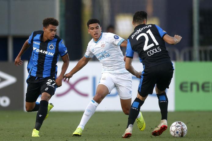 Zakaria Aboukhlal in het duel met Club Brugge.
