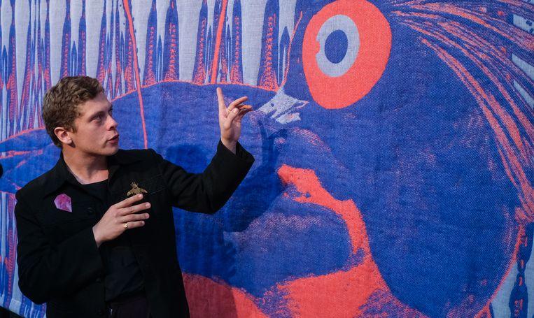Twee van die kunstenaars zijn Victor Verhelst uit Oostkamp en Thomas Renwart uit Aalter. Zij maakten drie grote wandtapijten, samen het textielbedrijf Verilin uit Heule. Op de foto staat Thomas