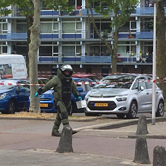 Een medewerker van het Explosieven Opruimings Commando heeft de mogelijke granaat meegenomen.