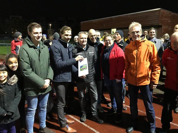 Wethouder Van Ooijen nam maandagavond een petitie in ontvangst. Een meerderheid van de gemeenteraad floot hem terug met zijn plan om de atletiekbaan in het Amaliapark te sluiten.