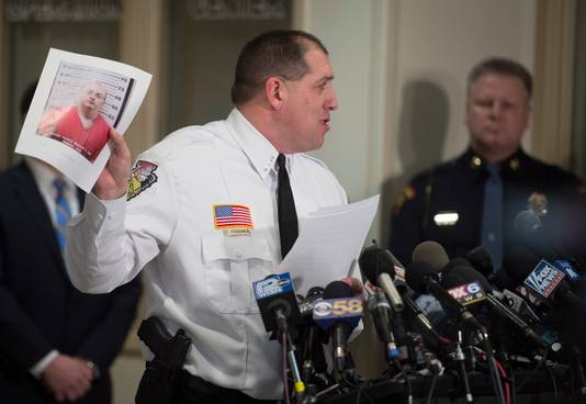 Sheriff Chris Fitzgerald toont een foto van de aangehouden verdachte Jake Thomas Patterson tijdens zijn persconferentie.