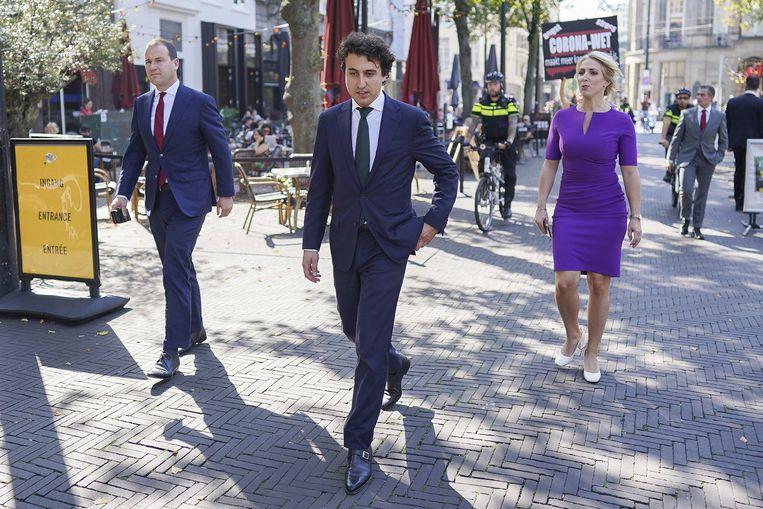 Kamerleden Lodewijk Asscher, Jesse Klaver, en Lilian Marijnissen (van links naar rechts) lopen terug van de Grote Kerk op Prinsjesdag.  Beeld ANP