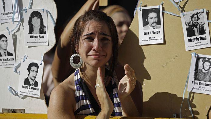 Een nabestaande van een van de slachtoffers van Videla bij het horen van zijn straf, in 2010.