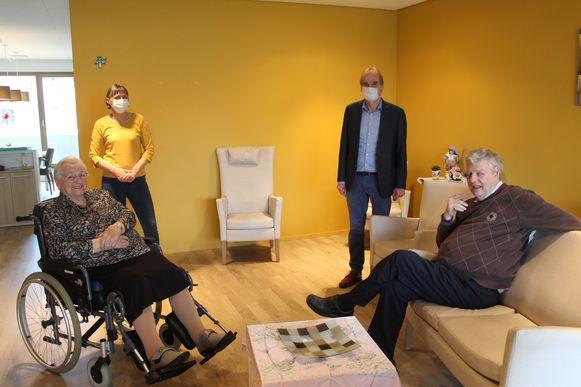 Guy Claeys en Annick Schepens bij twee bewoners in de leefruimte van Sint-Bernardus.