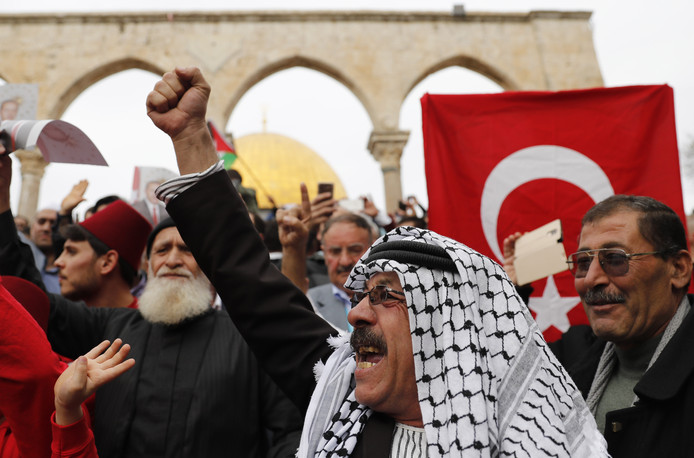 Moslims met Turkse en Palestijnse vlaggen bij de Al-Aqsamoskee.