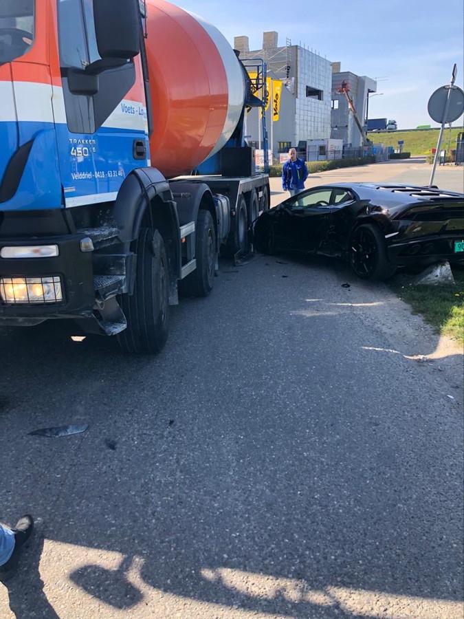 Foto: Lamborghini overreden door cementwagen.