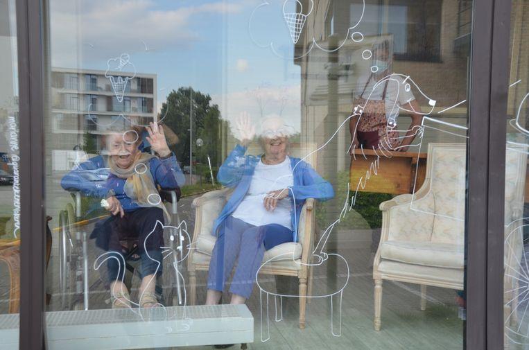 De bewoners genieten van de Quarantekeningen op de ramen van Hof Ter Engelen.