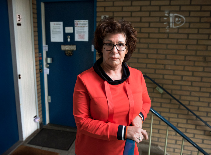 Astrid van den Berg voor haar afgesloten woning in IJsselstein.