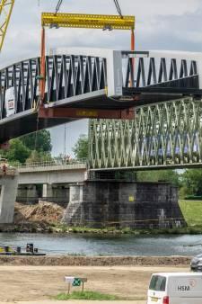De nieuwe fietsbrug tussen Mook en Cuijk ligt op haar plek: kijk hier de beelden