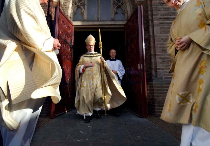 Willem Eijk verlaat in 2008 voor het eerst als kardinaal de St. Catharinakathedraal in Utrecht.