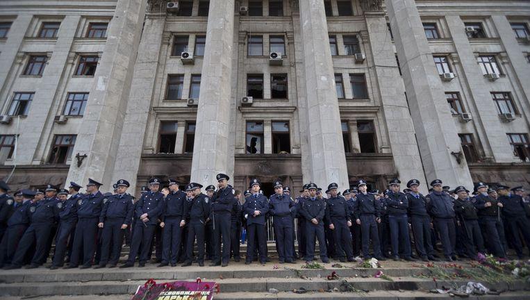 Agenten bewaken het verbrande vakbondsgebouw in Odessa. Beeld ap
