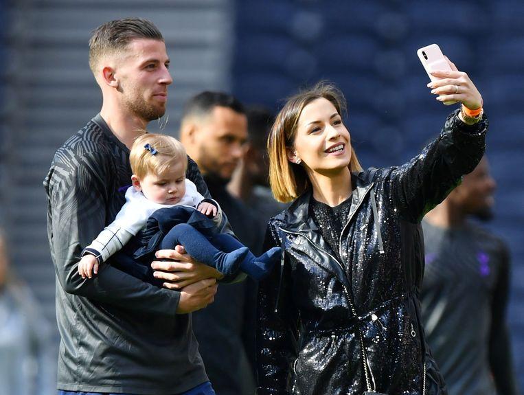 Alderweireld met zijn gezin tijdens de traditionele afscheidsronde. Tottenham speelde 2-2 tegen Everton.