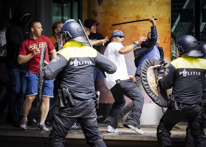 Demonstranten zoeken de confrontatie met de politie bij Den Haag CS.
