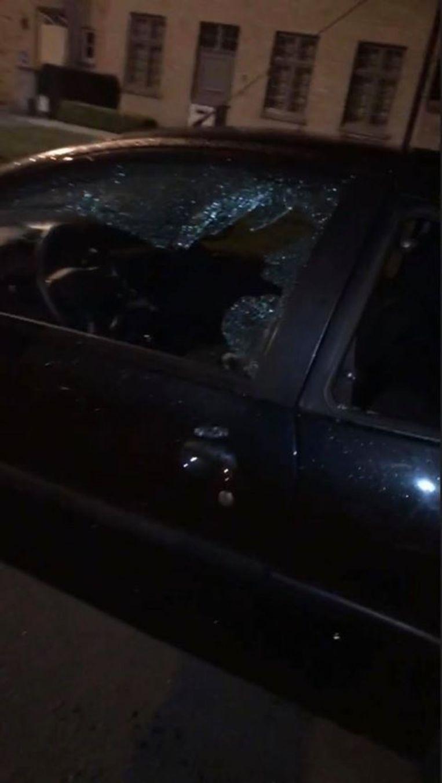 De beschadigde wagen.